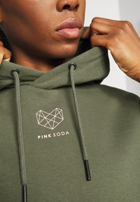 Pink Soda - KANE BOYFRIEND HOODIE - Felpa - khaki/pink - 6
