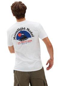 Vans - MN MOONLIGHT MOTEL SS - Print T-shirt - white - 1