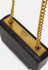DKNY - COOPER BOX CROSSBODY - Skulderveske - black/gold-coloured - 4
