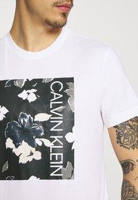 Calvin Klein - FLOWER BOX PRINT - Printtipaita - white - 5