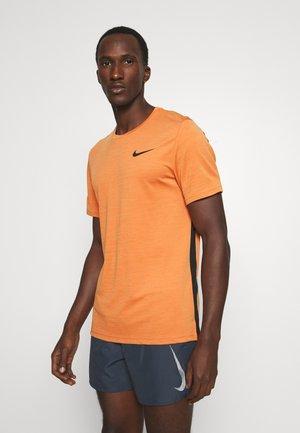HYPER DRY - T-shirt z nadrukiem - sport spice/cognac/black