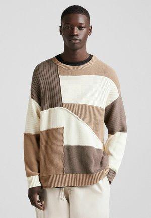 RUNDAUSSCHNITT - Stickad tröja - brown