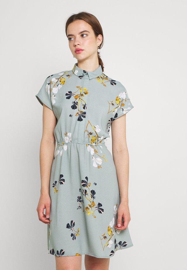 VMHALLIE TIE SHORT DRESS - Košilové šaty - green milieu/hallie