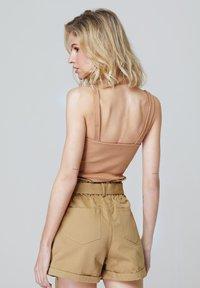 FELIPE ALBERNAZ - Shorts - camel - 1