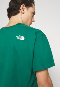 The North Face - FIFTH TEE - Print T-shirt - evergreen - 4