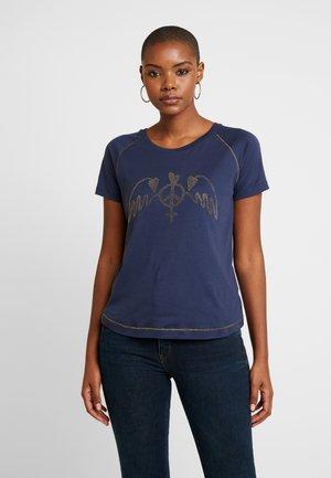 MAG TEE - T-shirt z nadrukiem - blue