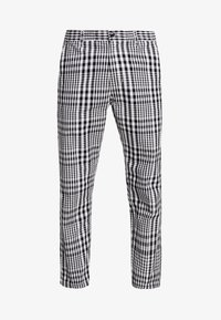 Obey Clothing - STRAGGLER PLAID FLOODED PANT - Chinos - black - 3