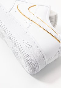 Nike Sportswear - AIR FORCE - Sneakers - white/metallic gold - 2