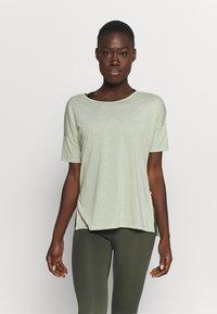 Nike Performance - LAYER - Basic T-shirt - celadon heather/olive aura - 0