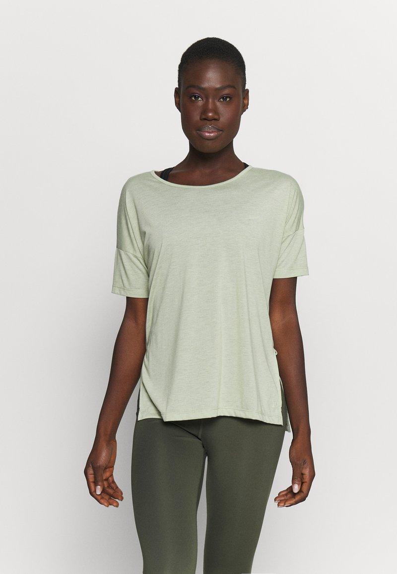 Nike Performance - LAYER - Basic T-shirt - celadon heather/olive aura