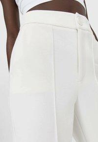 Stradivarius - Spodnie materiałowe - white - 3