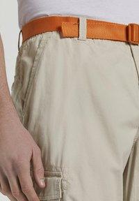 TOM TAILOR DENIM - MIT SCHNALLENGÜRTEL - Shorts - light cashew beige - 4