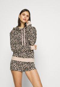 Calvin Klein Underwear - ONE GLISTEN SLEEP SHORT HOT PANTS - Pyjamahousut/-shortsit - honey almond - 3