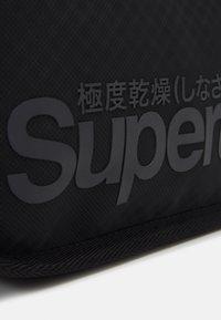 Superdry - COMBRAY TARP WASHBAG - Kosmetyczka - black - 3