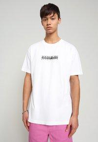 Napapijri - S-BOX   - T-shirt med print - bright white - 0