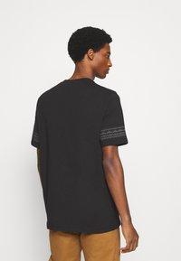 Lyle & Scott - FAIRISLE - Print T-shirt - jet black - 2