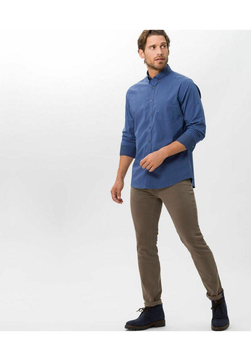 BRAX - STYLE CHUCK - Slim fit jeans - sand