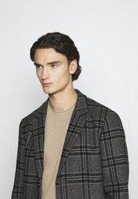 Jack & Jones PREMIUM - JPRBLAMOULDER CHECK - Classic coat - dark grey melange - 3