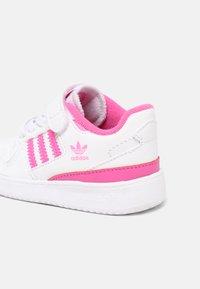 adidas Originals - FORUM UNISEX - Sneakers basse - white/screaming pink - 4