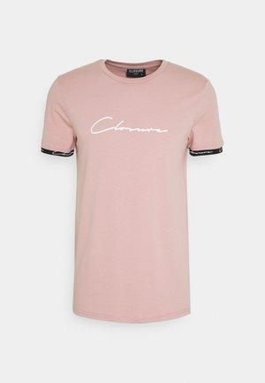 HIDDEN LOGO BAND TEE - T-Shirt print - pink