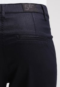 Fiveunits - JOLIE - Trousers - navy coated - 5