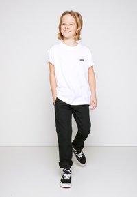 Vans - BY LEFT CHEST TEE BOYS - T-shirt basic - white - 1