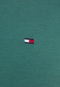 Tommy Hilfiger - STRETCH SLIM FIT TEE - Jednoduché triko - sea steel - 2