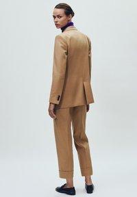 Massimo Dutti - MIT UMGESCHLAGENEM SAUM - Bukser - beige - 6
