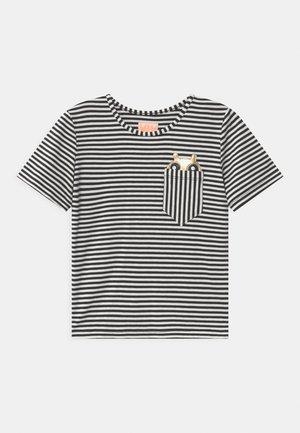 POCKET FRIEND  - Print T-shirt - black/white