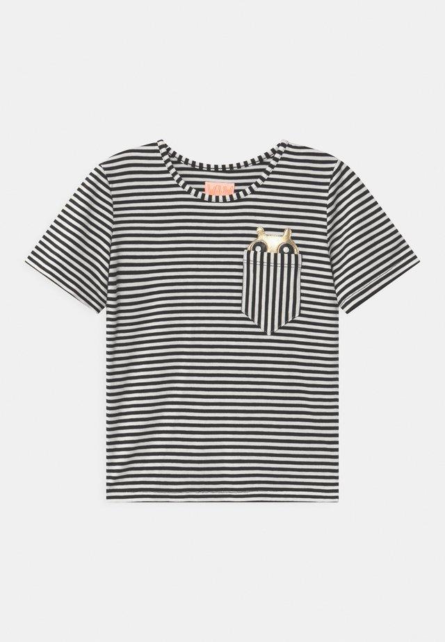 POCKET FRIEND  - T-shirts print - black/white