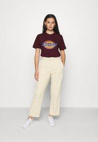 Dickies - HORSESHOE TEE - Print T-shirt - maroon - 1