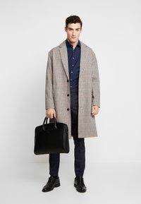Calvin Klein Tailored - CONTRAST EASY IRON SLIM FIT SHIRT - Koszula biznesowa - blue - 1