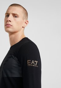 EA7 Emporio Armani - Langærmede T-shirts - black - 4