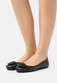 Tory Burch - MINNIE POWDER COATED LOGO - Ballet pumps - perfect black - 0