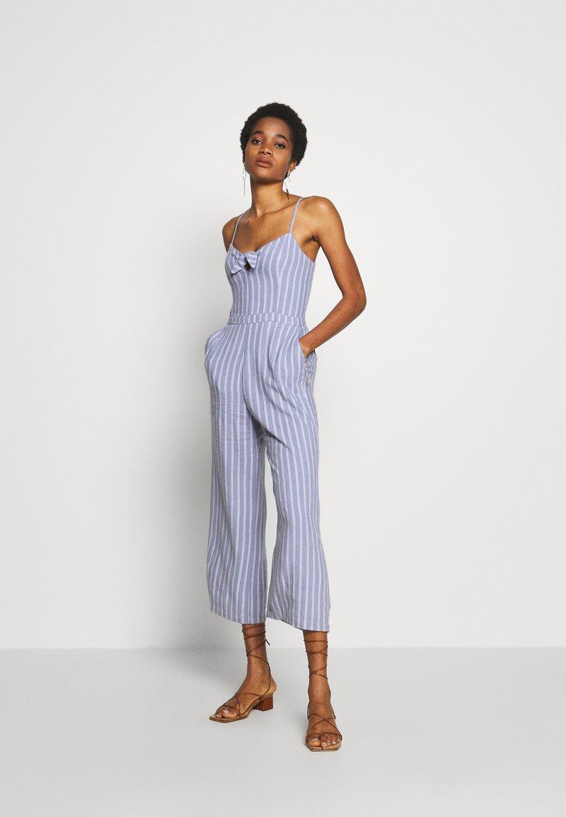 Abercrombie & Fitch - TIE FRONT - Jumpsuit - blue/white