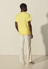 sandro - SOLID TEE UNISEX - Basic T-shirt - jaune citron - 2