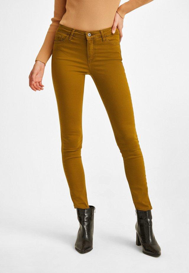 MIT NORMALER BUNDWEITE - Jeans Skinny Fit - orange
