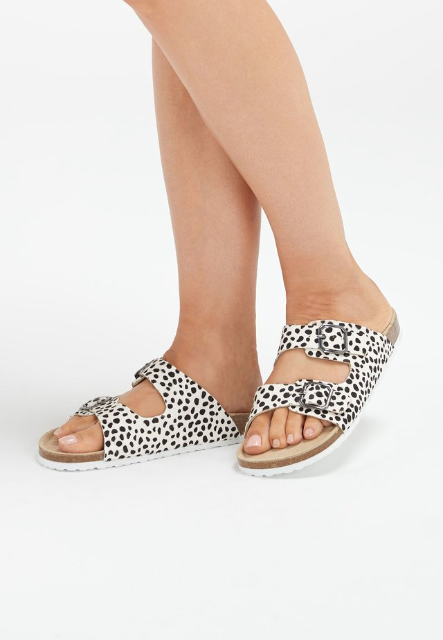 DALMATIAN TWO BAND FOOTBED MULES - Pantuflas - white