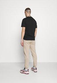 Jack & Jones - JORSCRIPTT PANTS  - Pantaloni sportivi - crockery - 2