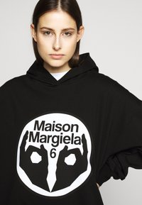 MM6 Maison Margiela - LOGO HOODIE DRESS - Žerzejové šaty - black - 3