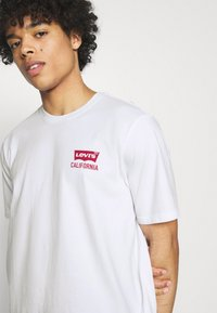 Levi's® - RELAXED FIT TEE UNISEX - Print T-shirt - white - 3