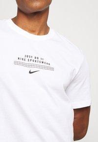 Nike Sportswear - TEE - Print T-shirt - white/black - 5