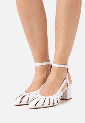 MAIYA - Klassiske pumps - white