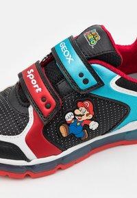 Geox - NINTENDO SUPER MARIO GEOX JUNIOR BOY - Sneakers - black/sky - 5