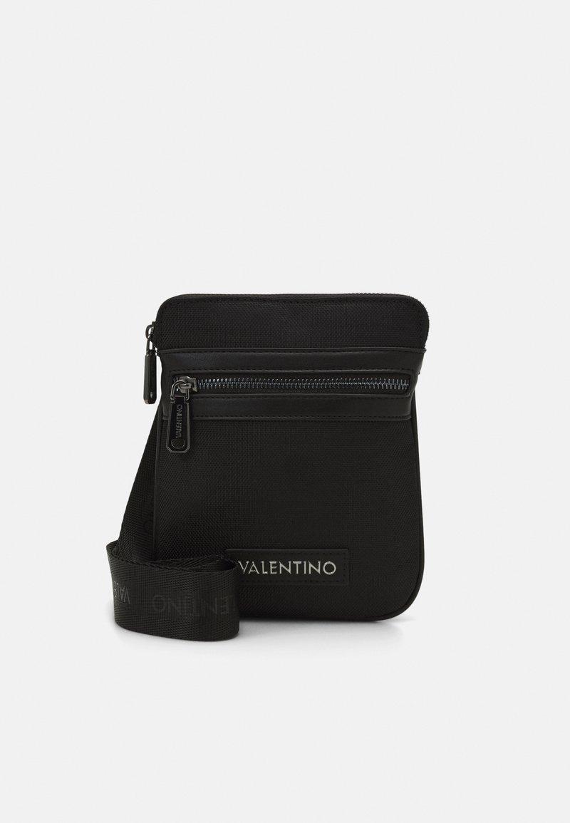 Valentino Bags - ANAKIN MINI CROSSBODY UNISEX - Axelremsväska - nero