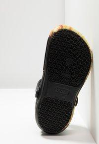 Crocs - BISTRO GRAPHIC UNISEX - Mules - black - 4