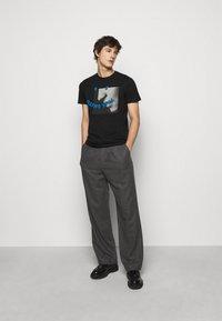 PS Paul Smith - SLIM FIT PROFILE - T-shirt imprimé - black - 1
