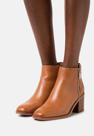 RHIEWEN - Kotníková obuv - cognac