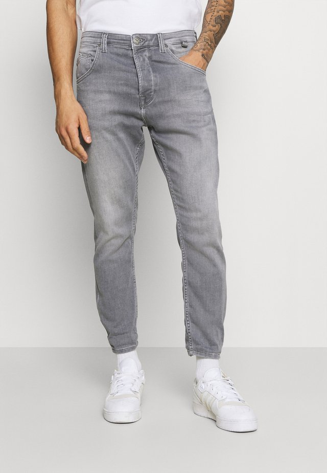 ALEX SANZA - Jeans Tapered Fit - grey denim
