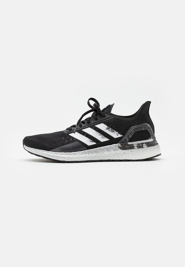 ULTRABOOST PB DNA SPORTS RUNNING SHOES - Obuwie do biegania treningowe - core black/footwear white/signal coral